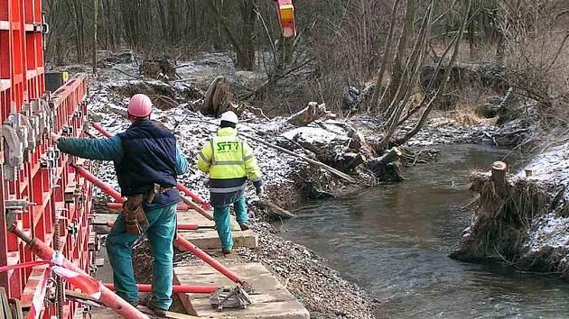 Most, který se začal v Poběžovicích stavět, bude součástí téměř dvoukilometrové přeložky.