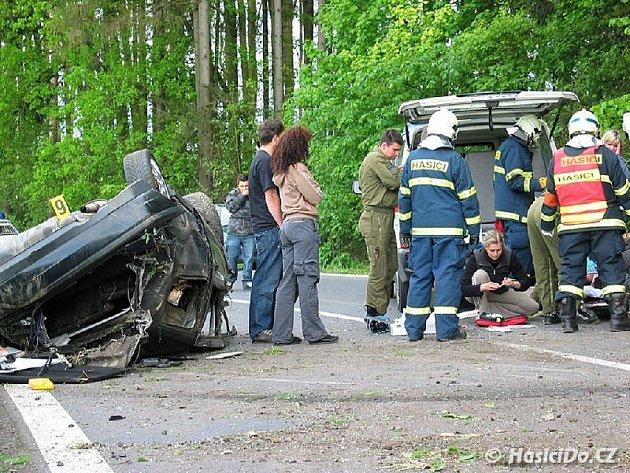 Hasiči při zásahu u nehody