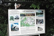 Informační cedule obce Pasečnice snad turistům napoví, kde správně hledat.