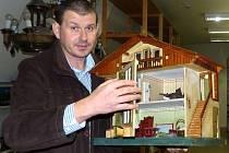DOMEČEK PRO PANENKY. Ředitel Muzea Chodska Josef Nejdl prozradil, že si s ním ve 20. letech minulého století hrála dívenka ve Kdyni.