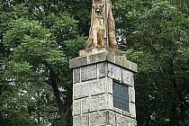 Pomník na Hrádku. Kamenný Kozina takto stojí od r. 1895, kdy uplynulo 200 let od Kozinovy popravy.