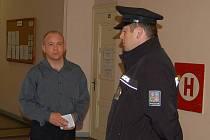 Policista Zdeněk Kalousek (vlevo), nespáchal podle rozhodnutí soudu trestný čin.