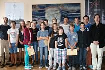 ČTRNÁCTKA účastníků kurzů pro klarinetisty do 15 let na společném snímku s oběma lektory.
