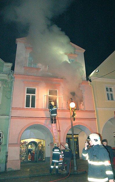 Z okna domu se valil štiplavý dým.