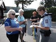 U babylonského rybníka rozdávala policejní mluvčí Dagmar Brožová rady a dárky.