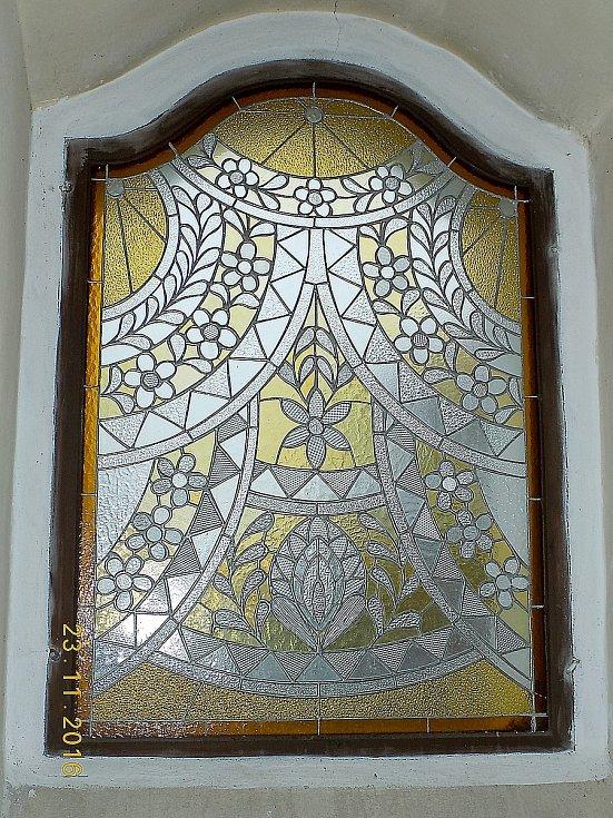 Kostel je jedinečný také svými vitrážemi. Jsou totiž plné chodských motivů a vznikly podle návrhů sester a učitelek Anny a Marie Bílkových. Foto: archiv domu u Bílků