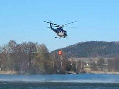 Vrtulník létající k požaru.