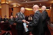 Hejtman Václav Šlajs předal pamětní medaile také dobrovolným hasičům z Domažlicka.