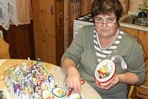 Milena Kaufnerová z Pasečnice vyrobí  každý rok přes dvě stovky dekorativních velikonočních kraslic