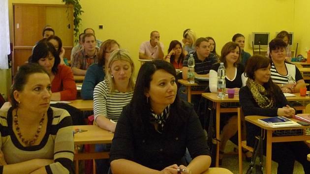 VYSOKOŠKOLŠTÍ STUDENTI V DOMAŽLICÍCH. Většina si pochvaluje, že za studiem nemusí dojíždět do vzdálených měst.