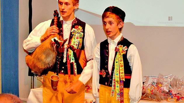 HYNEK HRADECKÝ (vlevo) má ve svém repertoáru i chodské písničky. Zpívá je s bratrem Patrikem.  Zároveň hraje na dudy.