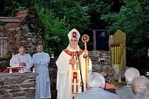 SVATOJÁNSKÁ NOC NA PLEŠI. Také vloni sloužil mši v místech, kde kdysi sál kostela sv. Jana Křtitele, plzeňský biskup Mons. František Radkovský.