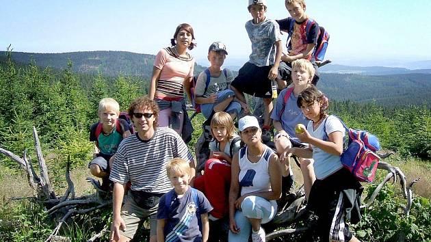 Prázdniny na Šumavě. Pouze část dětí z Dětského domova ve Staňkově tráví prázdniny u rodičů. Alternativou jsou letní tábory. Jejich ceny jsou však pro domov často příliš vysoké.