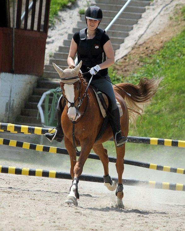 Jezdecké hobby závody na kolbišti pod Vavřincem v Domažlicích. Domácí želízko v ohni, Karolína Jírovcová s Penelopou.