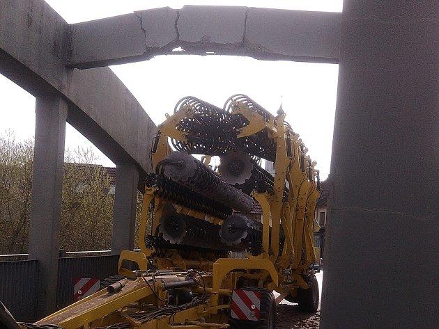 Traktor poškodil most ve Staňkově.