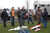 Letiště klenečských modelářů dnes odpoledne patřilo silvestrovskému polétání.