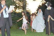 Desítky lidí si vyslechly hru  o duchu Niklovi–Niplovi (vpravo).