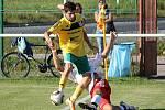 Ion Butnaru ve žlutozeleném dresu Dynama Horšovský Týn v okresním derby proti TJ Holýšov.