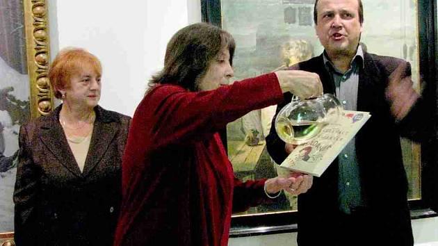 Dcera autorky Markéta Hejná křtila knihu opatrně, s citem.