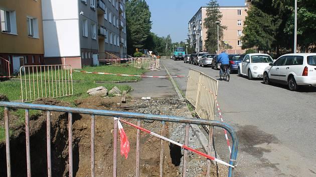 Výkopové práce byly poměrně rozsáhlé. Místní však nové povrchy silnic a chodníků jistě uvítají.