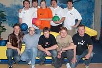FINALISTÉ BOWLINGOVÉ LIGY. Vpředu hráči Luženic, za nimi letošní vítězové Domažlické bowlingové ligy z Karpemu. Ty v září čeká duel s nejlepším týmem Kdyňské bowlingové ligy.