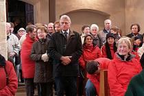 Víc než 150 lidí se vešlo do loučimského kostela na poutní mši. Uprostřed stojící starosta Neukirchenu Josef Berlinger.