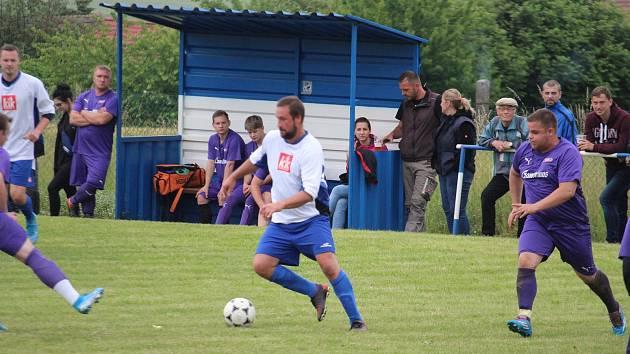 Fotbalisté Loko Hostouň (ve fialovém) dostali o víkendu od Mířkova osm gólů a propadli se na poslední místo tabulky letního meziokresního turnaje.