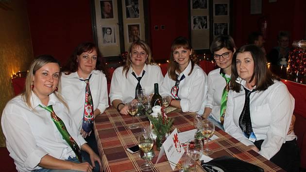 Na stylizovaný večírek s filmem Láska nebeská dorazili lidé ve vyplétaných svetrech a zimních kravatách, které hrály koledy.