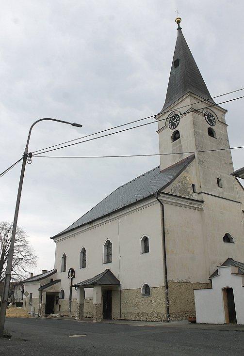 Kostel svatého Vavřince v Mrákově v současnosti opravu dělníci a dokončují sanaci vlhkého zdiva.