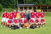 SLAVNÁ ÉRA LOKOMOTIVY HOSTOUŇ. Na snímku je mužstvo TJ Lokomotiva Hostouň z roku 2008.