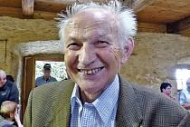 KAREL BEER. Osmdesátiletý rodák z Klenčí a dlouholetý pedagog si pamatuje spoustu zajímavostí, osobně prožil i nálet na Klenčí v r. 1945.