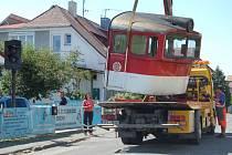 Kabinu lokomotivy nejprve pracovníci přepravní firmy složili na chodník před dům. Později ji pak speciální jeřáb ´přehodil´  přes dům do zahrady