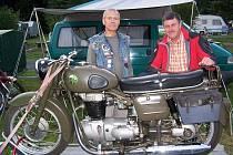 ODVÁŽNÍ CESTOVATELÉ. Dva z trojice, která podnikla cestu ze Saska na Krym, se švýcarským motocyklem Condor 250.