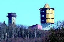 Nad čerchovské lesy ční bývalá vojenská (vpředu) a turistická Kurzova věž.