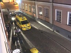 ZÁSAH V BRANSKÉ ULICI. Výtržnost a napadení na místě řešili zdravotníci, strážníci i policisté.