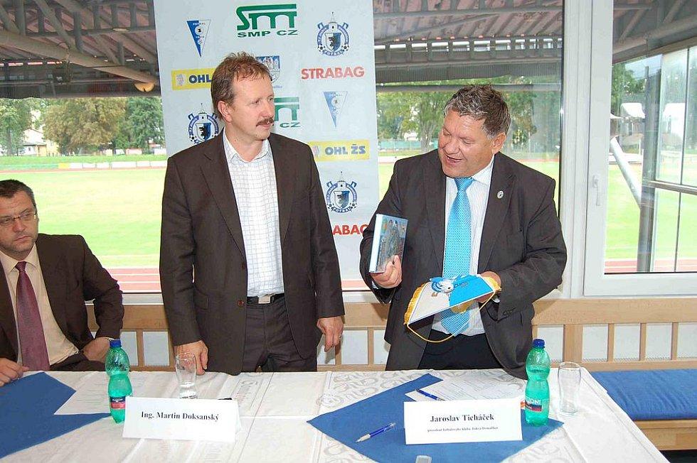 Martin Doksanský, generální ředitel firmy SMP CZ, dostal od prezidenta Jiskry Jaroslava Ticháčka knihu ke sto letům fotbalu v Domažlicích a další klubové upomínkové předměty