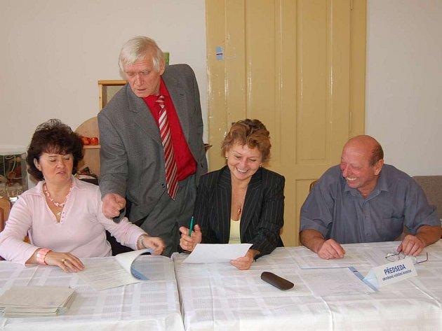 Volební komise pracovala v Oprechticích ve složení (zprava) předseda Jaroslav Haas, dále Milada Kunešová, Štefan Seman a Marie Holubová.