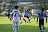 Holýšovští fotbalisté (v modrém) ukončili sezonu v I.A třídě porážkou s Žichovicemi 1:2 a čtvrtým místem v tabulce. S míčem David Zavadil, vlevo Jan Procházka, vpravo Pavel Trhlík.