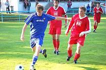 CHODSKÉ DERBY V POSTŘEKOVĚ. Podzimní derby mezi fotbalisty Postřekova a Chodova skončil nakonec ´chudou´ remízou 1:1. Na penalty uspěli domácí.