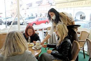 Pondělní rozvolnění na domažlickém náměstí. Restauratéři konečně mohli otevřít předzahrádky.