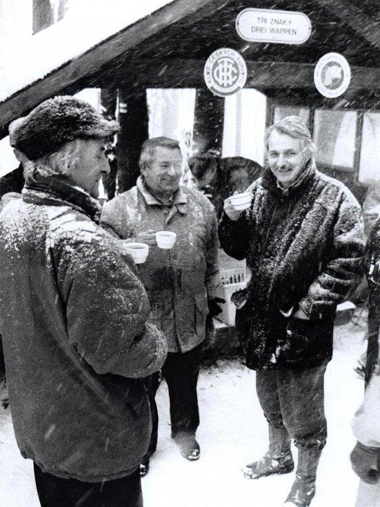 Bylo opravdu chladno, a tak se účastníci slavnostní aktu na Ovčím vrchu / Hochstrasse zahřívali becherovkou.