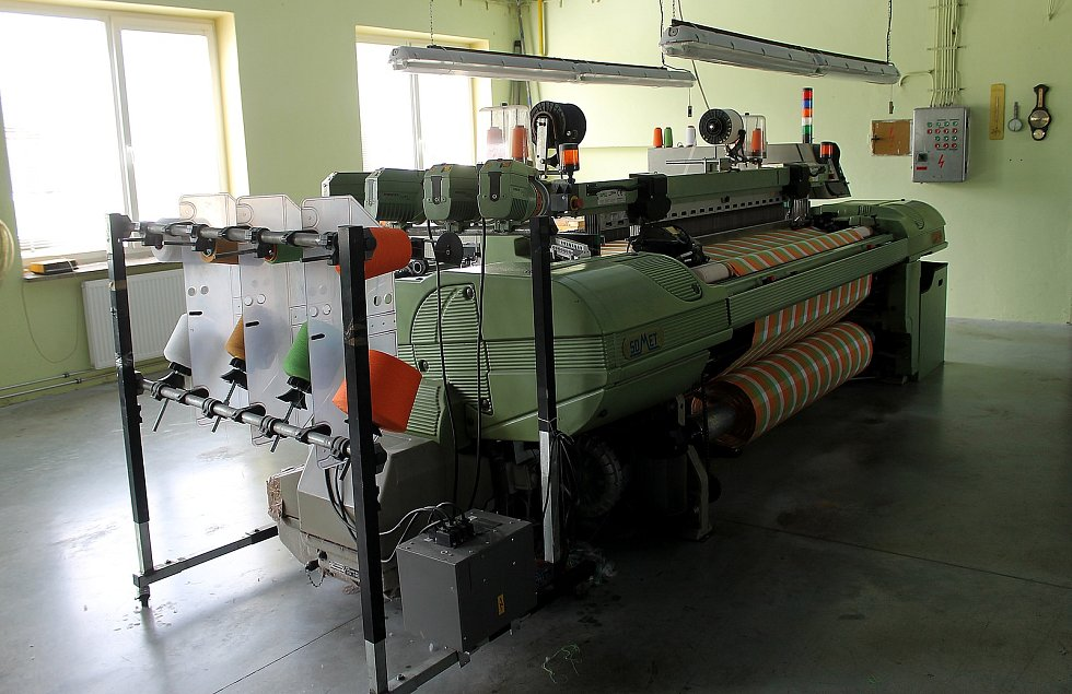 Rodinná firma Kanafas, kterou vlastní Zbyněk Strnad, vyrábí látku s typickými barevnými proužky či kostkami.