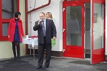 Z otevření poběžovické mateřinky. Počátkem října 2012 starosta Poběžovic Hynek Říha při svém projevu skutečně netušil, že nové zařízení přinese městu tolik starostí.