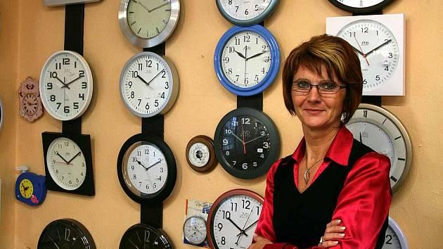 PŘEŘÍDÍ STOVKY HODIN. Změna času zaměstnává o něco více než nás ostatní například prodavačku v hodinářství Marii Fajtovou.