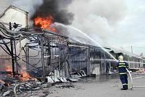 POŽÁR TRŽNICE VE FOLMAVĚ 2006. Nejen vítr, ale také dovážení vody komplikovalo hasičům zásah.