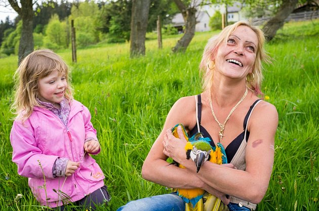 Majitelka papouška Kuby Elena Švonavcová byla štěstím bez sebe, když se jí konečně podařilo polapit jejího milovaného opeřence.
