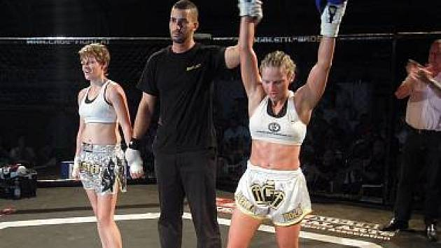 VÍTĚZSTVÍ V RAKOUSKU. Kickboxerka Alena Holá (vpravo) vyhrála nad rakouskou Myrou Winkelmann na body.