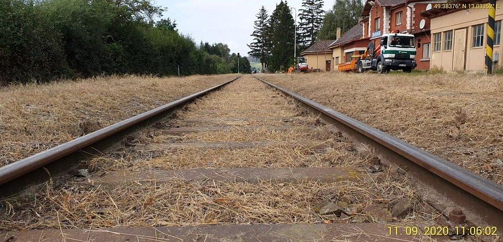 Uklizené a upravené kolejiště na nádraží ve Kdyni.
