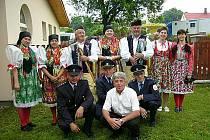 Zástupci Stráže u Domažlic se účastnili jako jediní krojovaní setkání ve Stráži nad Nisou. Na snímku chybí řidič a místostarosta, starosta Lubomír Mleziva je zcela vpředu vpravo.