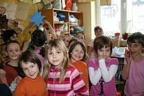 Děti o Vánocích ozdobili svou třídu i vánočním stromečkem s hvězdou. Základní školu v Klenčí navštěvuje 230 dětí, které dojíždějí i z Postřekova, Chodova či Trhanova